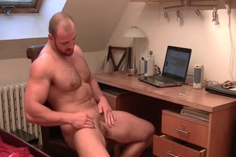muscular dude Tom Enjoys Stroking His beefy Tool