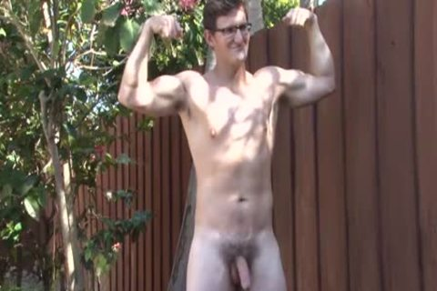 OUTDOOR MASTURBATION WITH A NERDY HUNK
