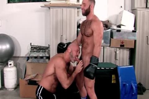 Muscled guy blows ramrod