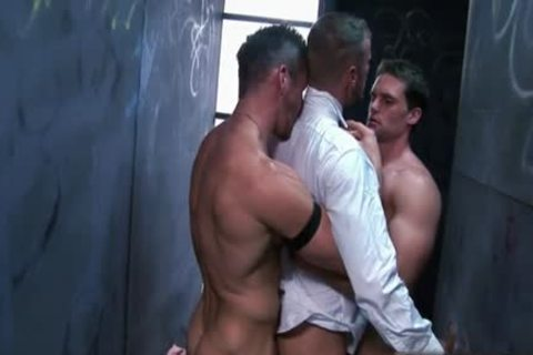 Muscle gay 3some and sperm flow