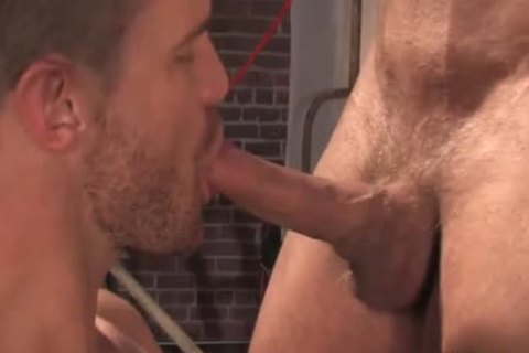 Muscle twinks pooper job with cumshot