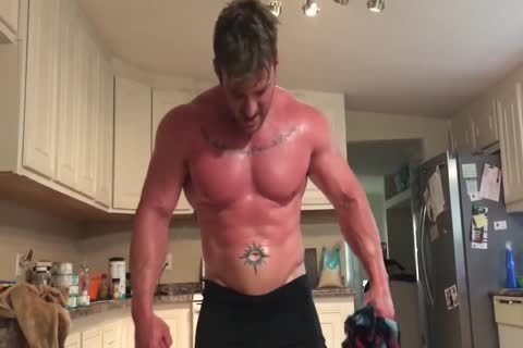 Muscle dude Rips Off raiment